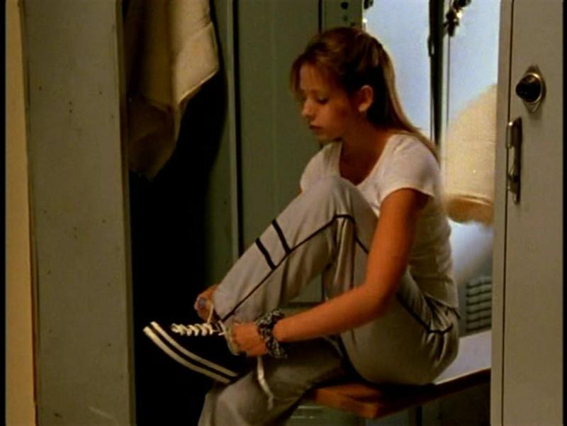 Sarah Michelle Gellar in una scena di Buffy - L'ammazzavampiri, episodio Il male nella rete