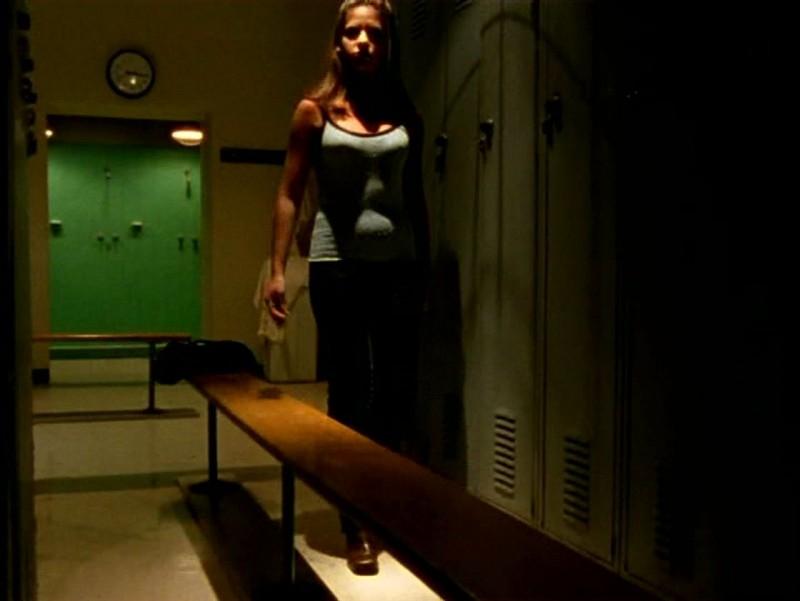 Sarah Michelle Gellar in una scena di Buffy - L'ammazzavampiri, nell'episodio Il male nella rete