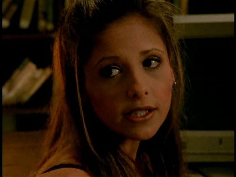 Sarah Michelle Gellar in una scena di Buffy - L'ammazzavampiri, ep. Il male nella rete