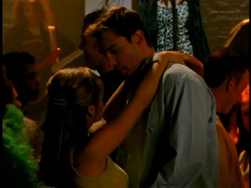 Sarah Michelle Gellar in una scena di Buffy - L'ammazzavampiri, episodio Il primo appuntamento