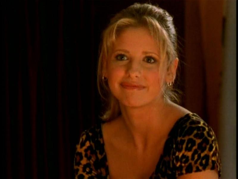 Un primo piano di Sarah Michelle Gellar in una scena di Buffy - L'ammazzavampiri, episodio Il teatro di burattini