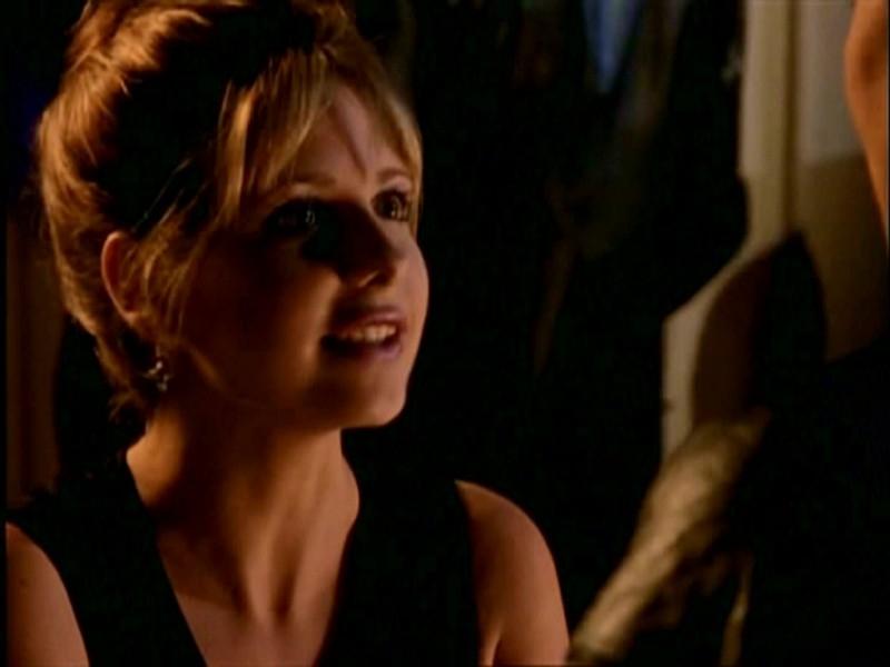 Un primo piano di Sarah Michelle Gellar in una scena di Buffy - L'ammazzavampiri, episodio La mantide