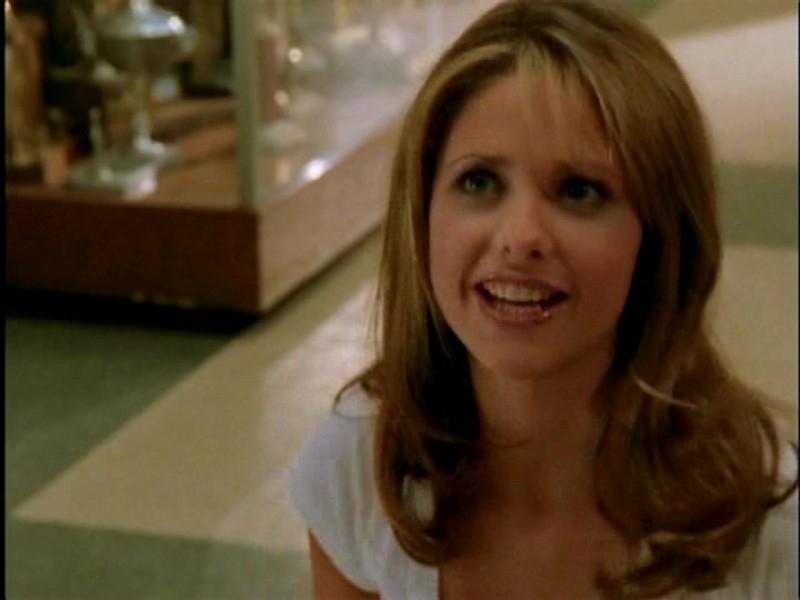 Sarah Michelle Gellar in una scena di Buffy - L'ammazzavampiri, episodio Lontano dagli occhi, lontano dal cuore (Out of Mind, Out of Sight)
