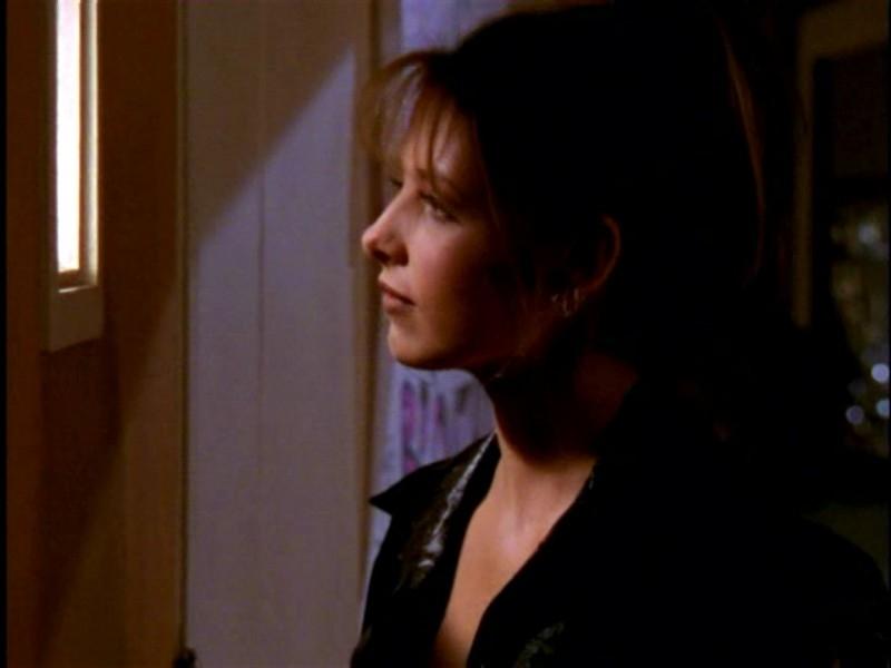 Sarah Michelle Gellar in una sequenza di Buffy - L'ammazzavampiri, episodio Lontano dagli occhi, lontano dal cuore