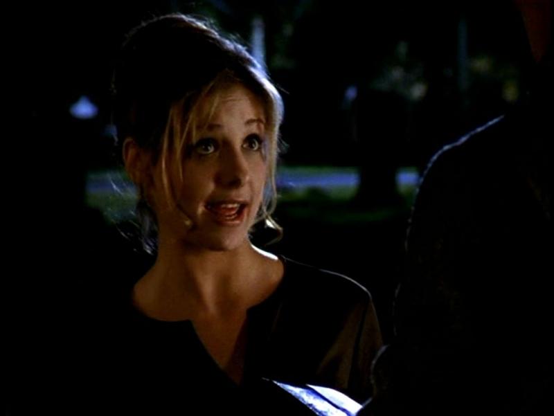 Sarh Michelle Gellar in una scena di Buffy - L'ammazzavampiri, episodio Il primo appuntamento