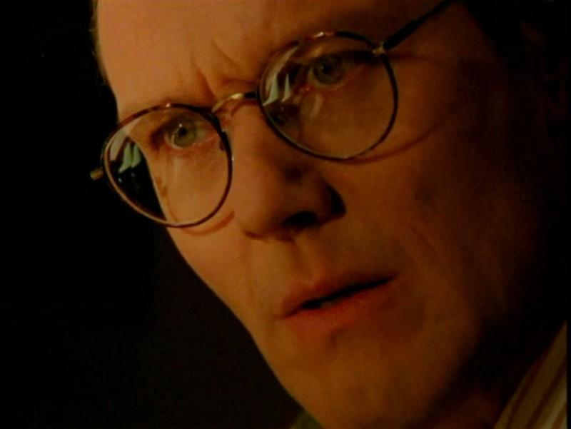 Anthony Head in una scena di Buffy - L'ammazzavampiri, episodio La profezia