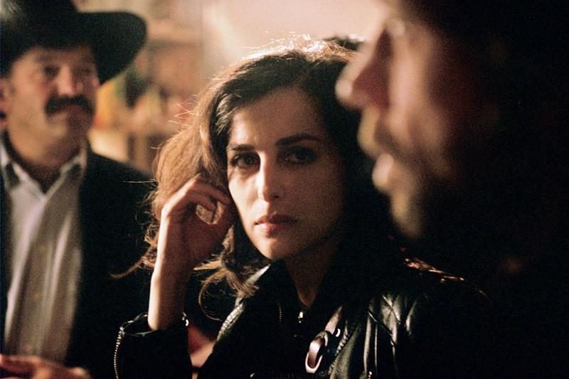 Birol Ünel e Amira Casar in una scena del film Transylvania