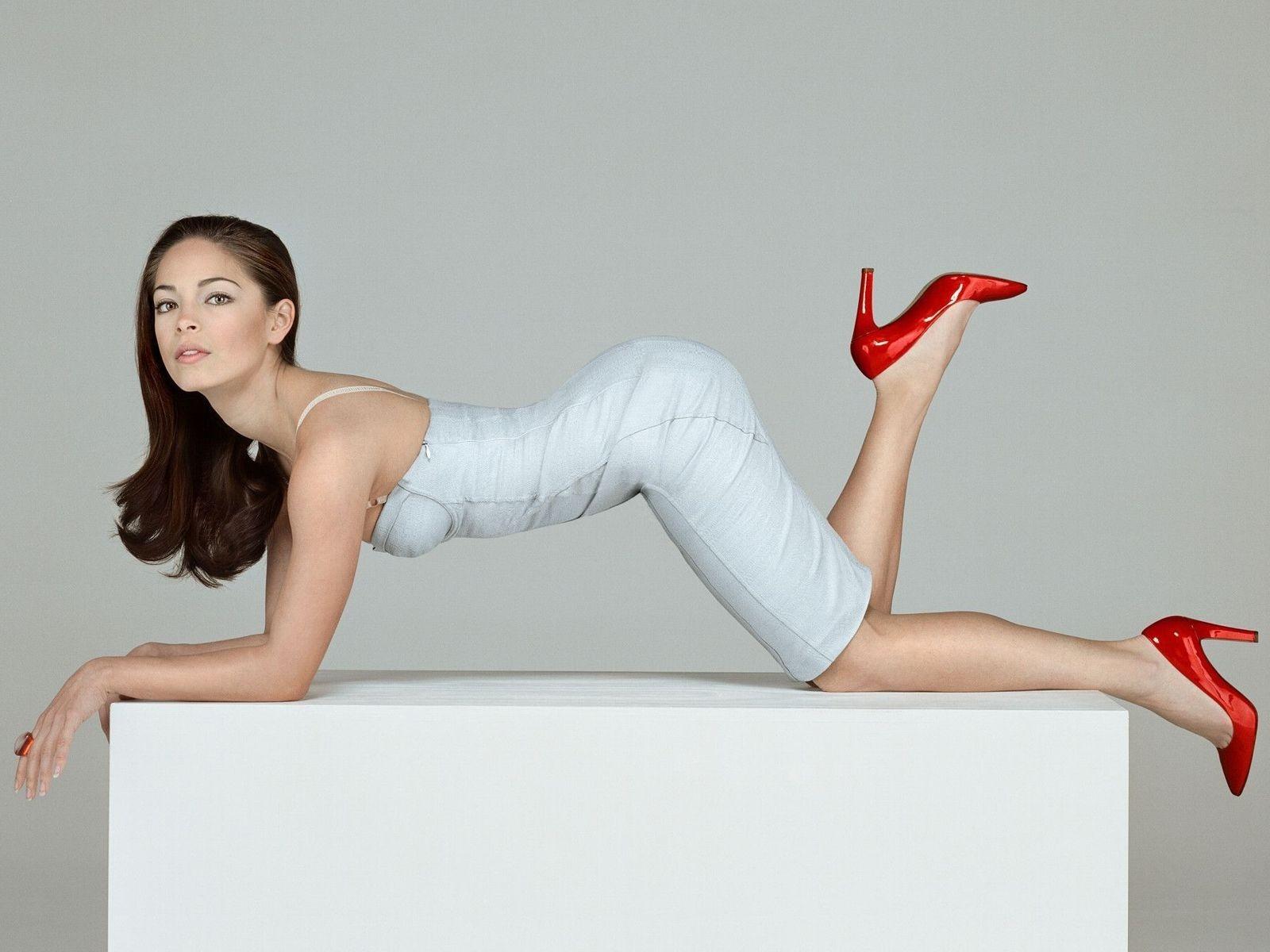 Wallpaper di Kristin Kreuk in tacchi alti e miniabito bianco