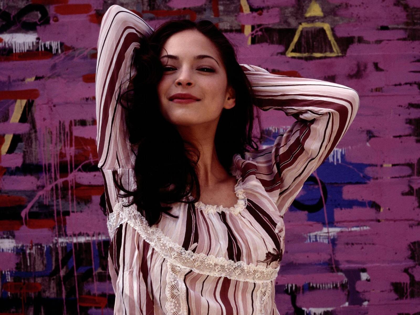 Wallpaper di Kristin Kreuk su sfondo viola