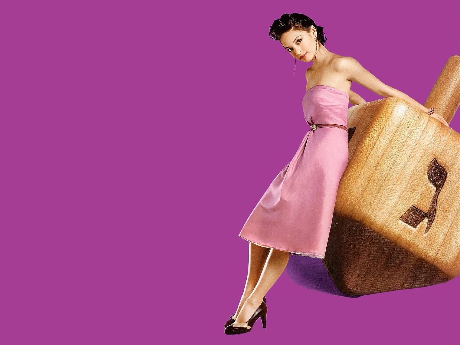 Wallpaper di Kristin Kreuk in abito rosa