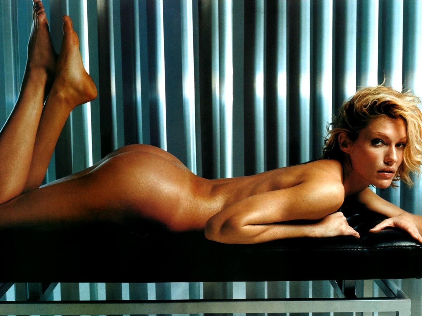 Wallpaper: un nudo elegante e sensuale di Tricia Helfer