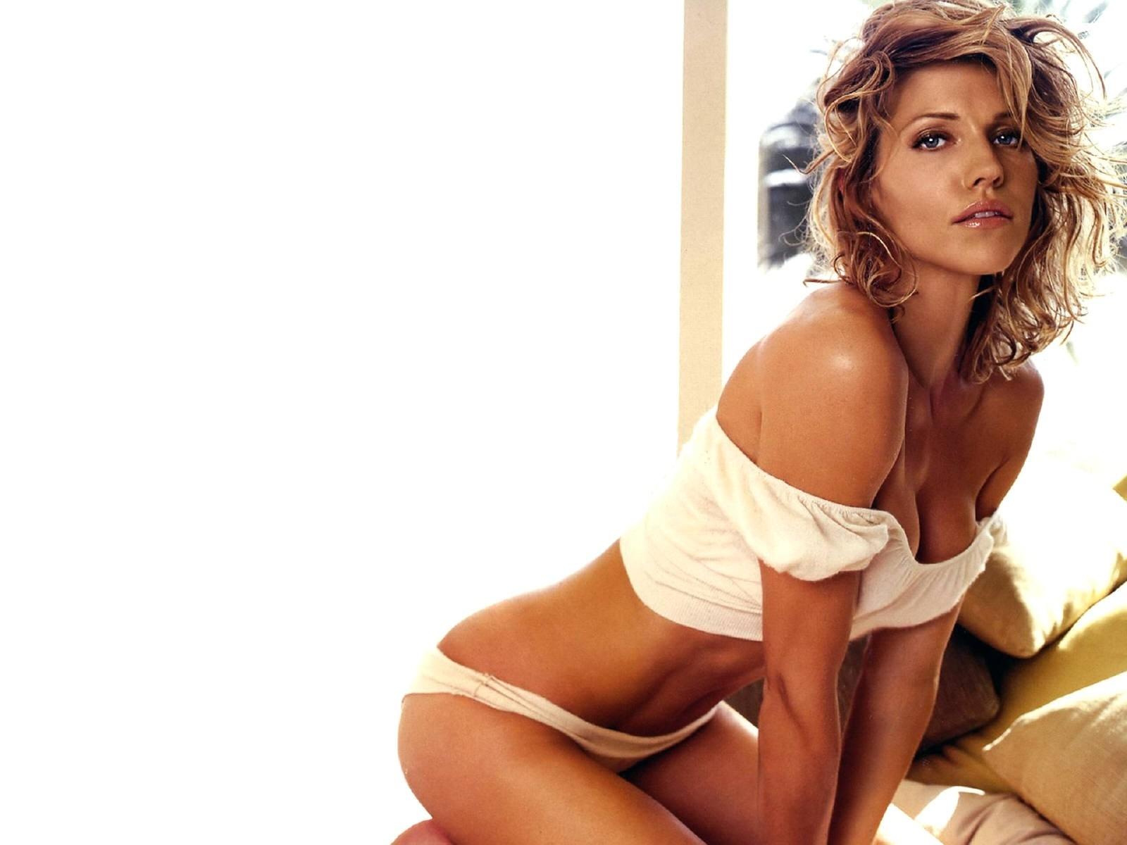 Una splendida Tricia Helfer in un'immagine per il desktop del PC