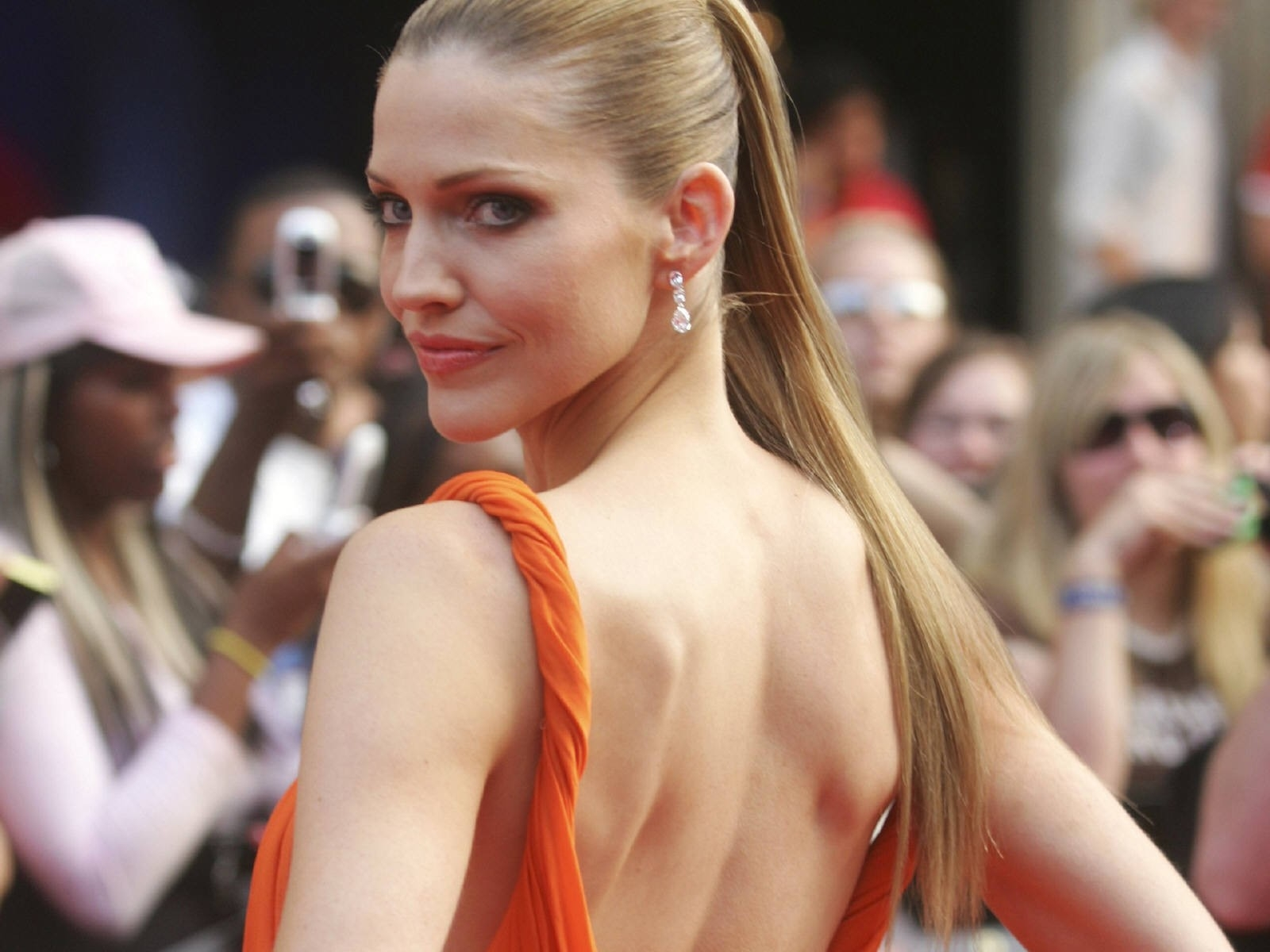 Wallpaper di Tricia Helfer sul red carpet