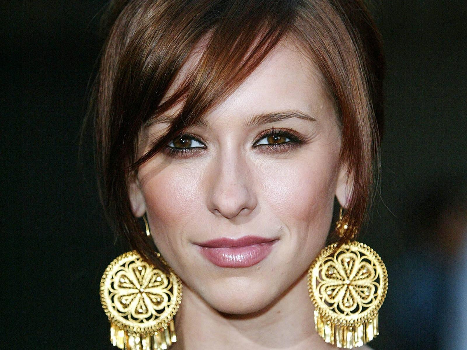 Wallpaper di Jennifer Love Hewitt con due vistosi orecchini