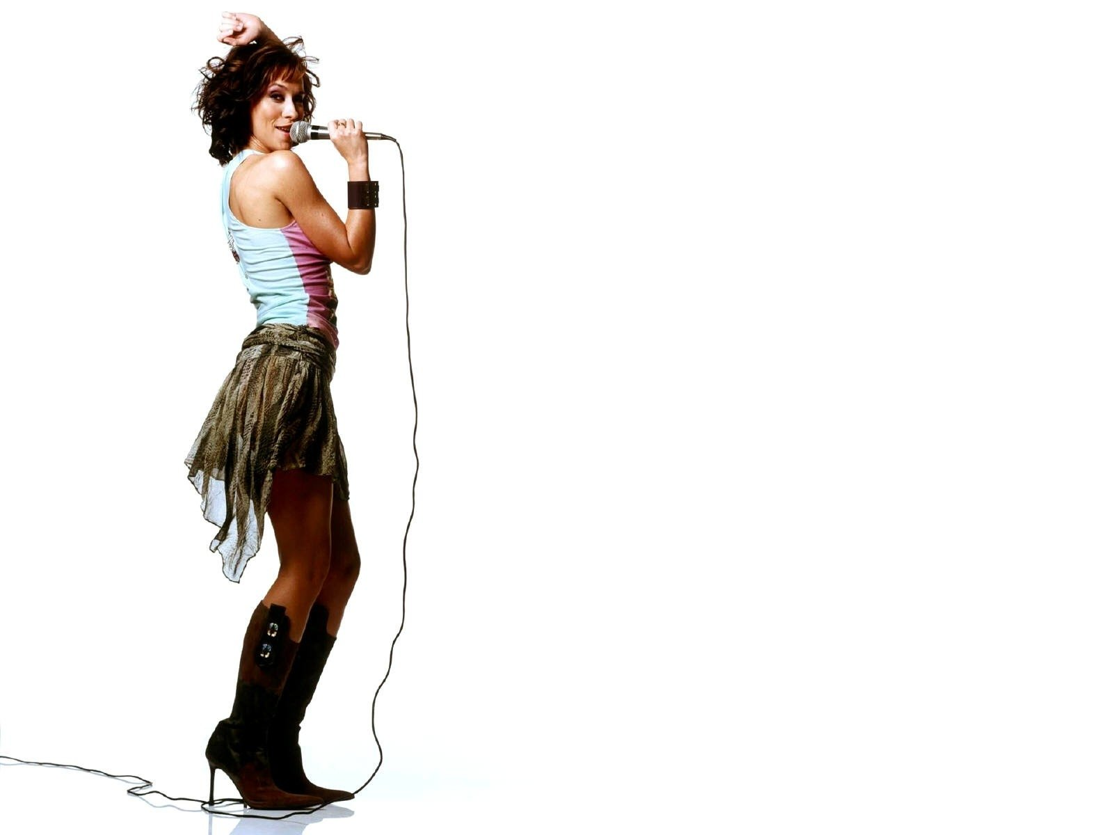 Wallpaper di una grintosa Jennifer Love Hewitt al microfono