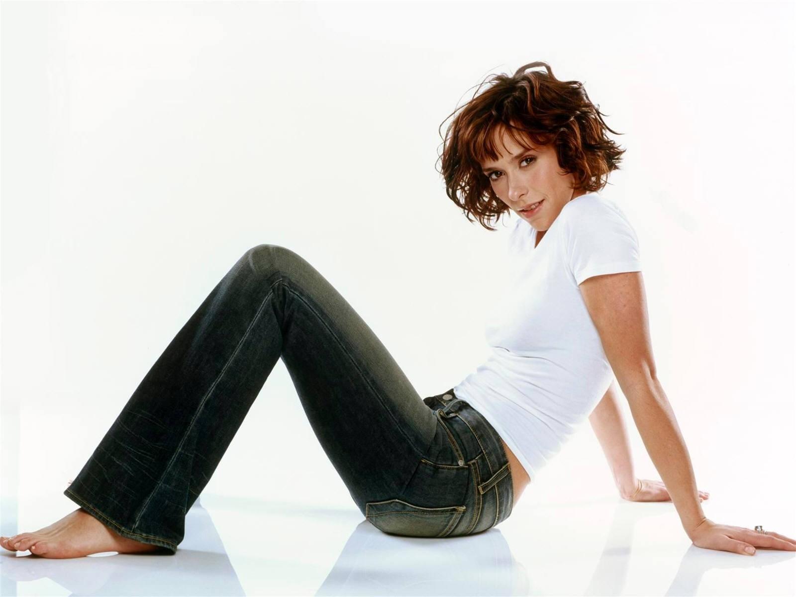 Wallpaper di Jennifer Love Hewitt in jeans e t-shirt