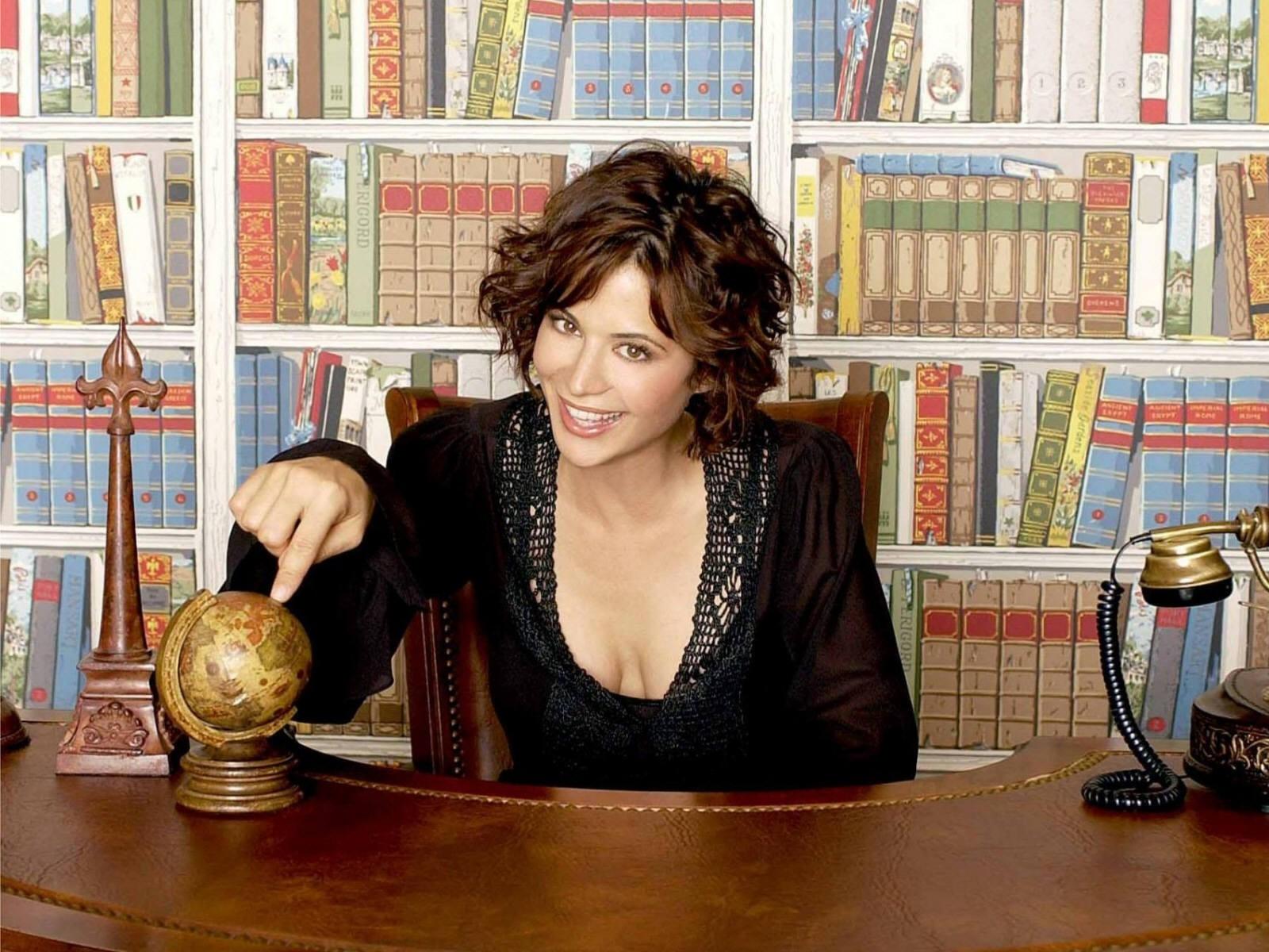 Wallpaper di Catherine Bell con un globo