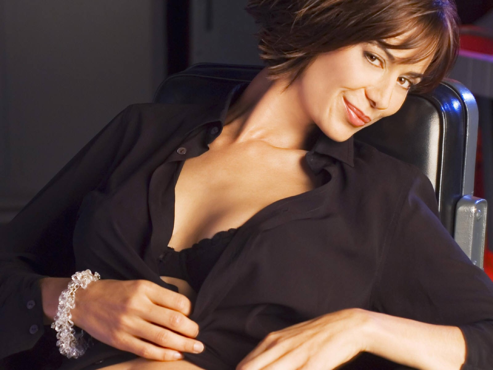 Wallpaper di Catherine Bell vestita di nero