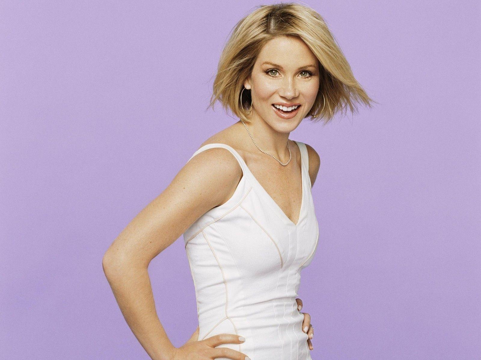 Wallpaper: Christina Applegate fasciata in un seducente abito bianco