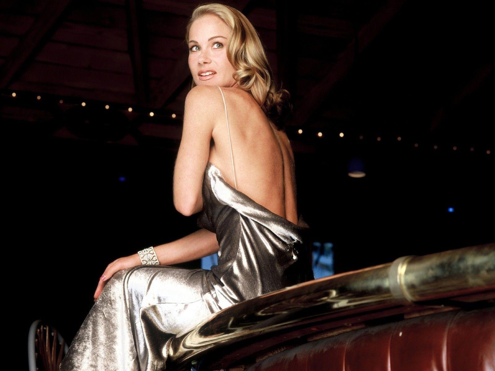 Wallpaper: Christina Applegate fasciata in uno scintillante abito lamè