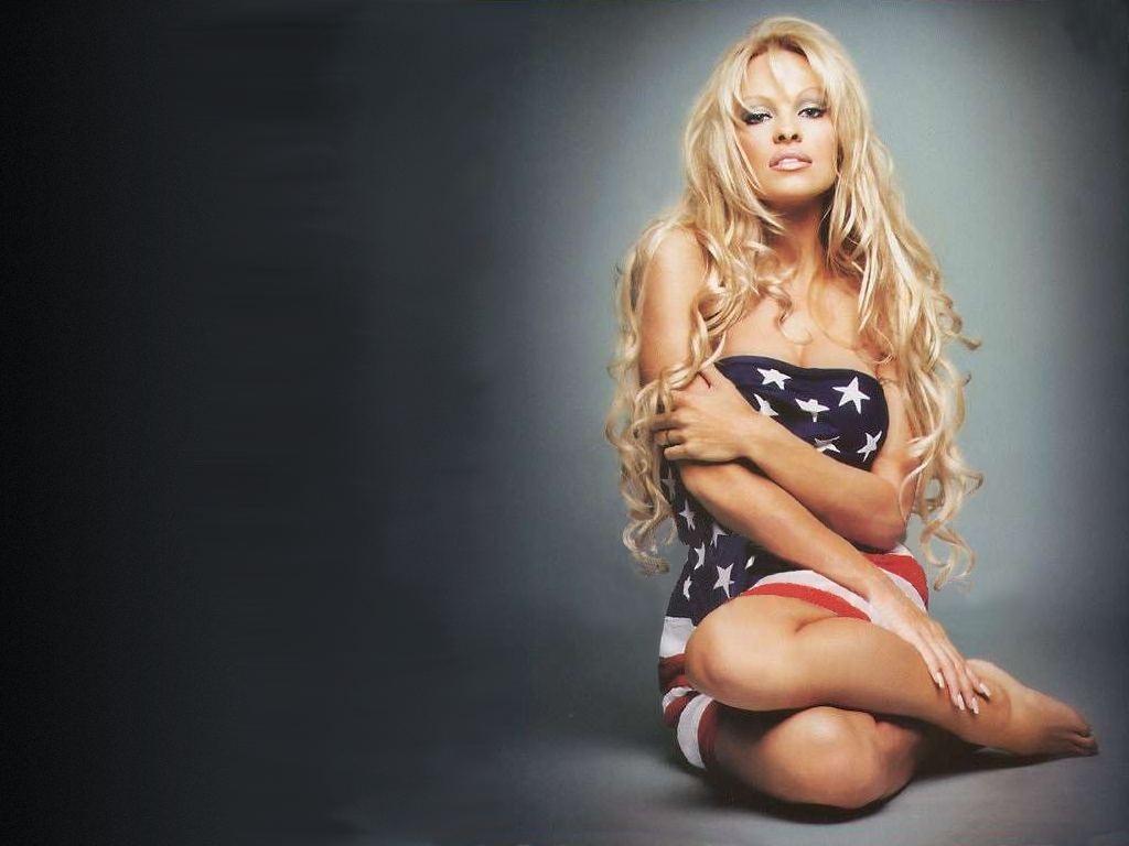 Wallpaper di Pamela Anderson avvolta in una bandiera americana