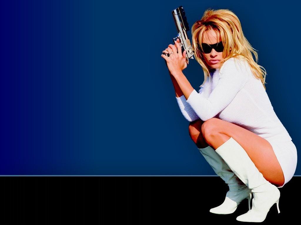 Wallpaper - stivali e pistola per Pamela Anderson