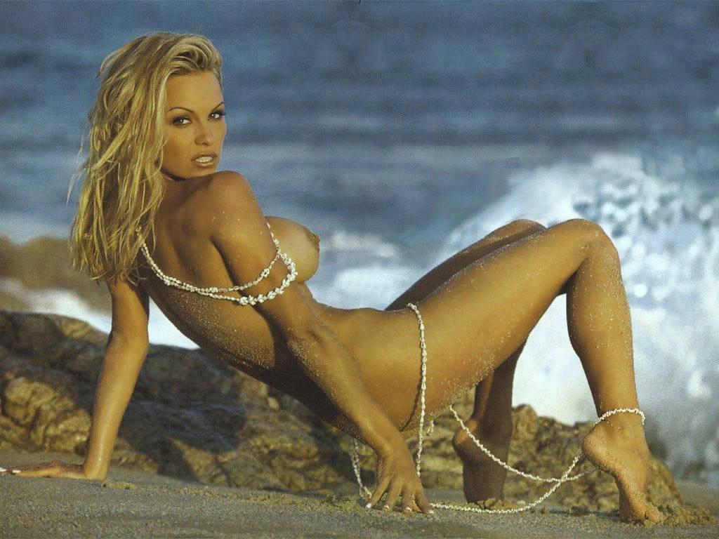 Wallpaper di Pamela Anderson nuda in spiaggia