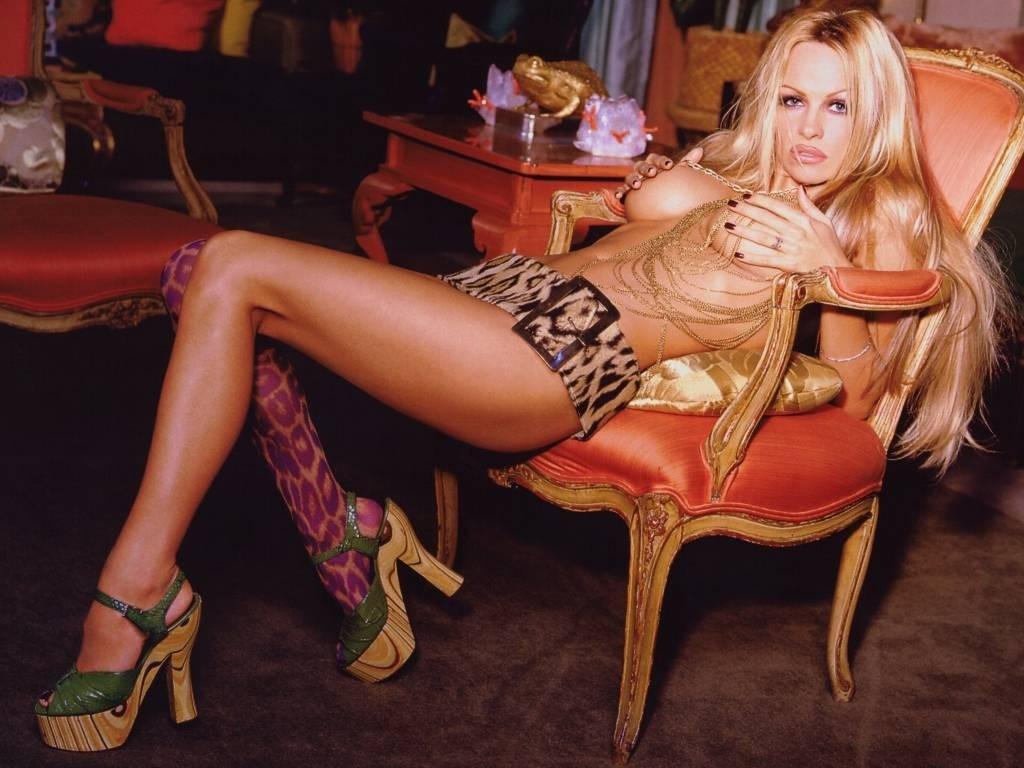 Wallpaper di Pamela Anderson in poltrona