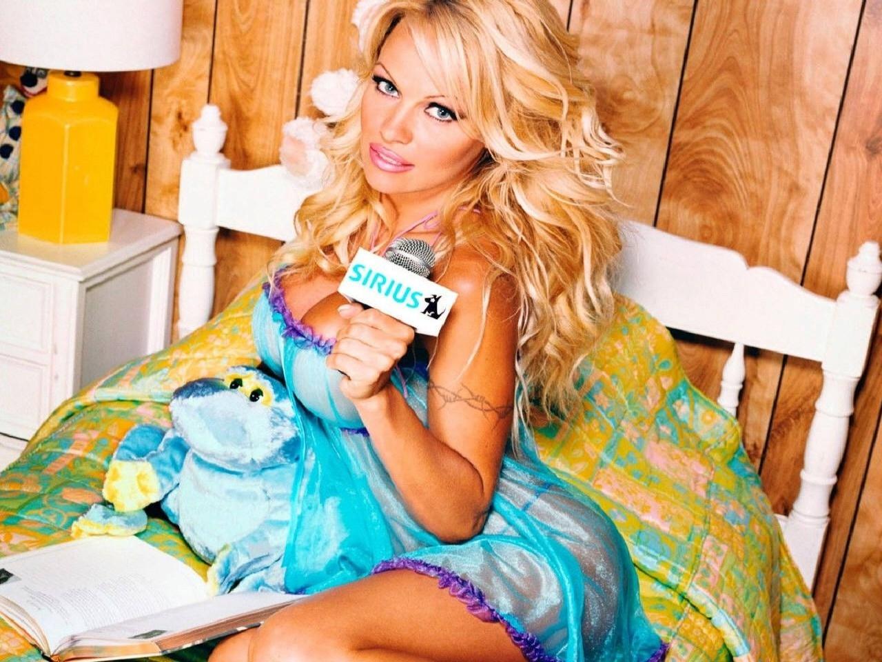 Wallpaper di Pamela Anderson in abito azzurro