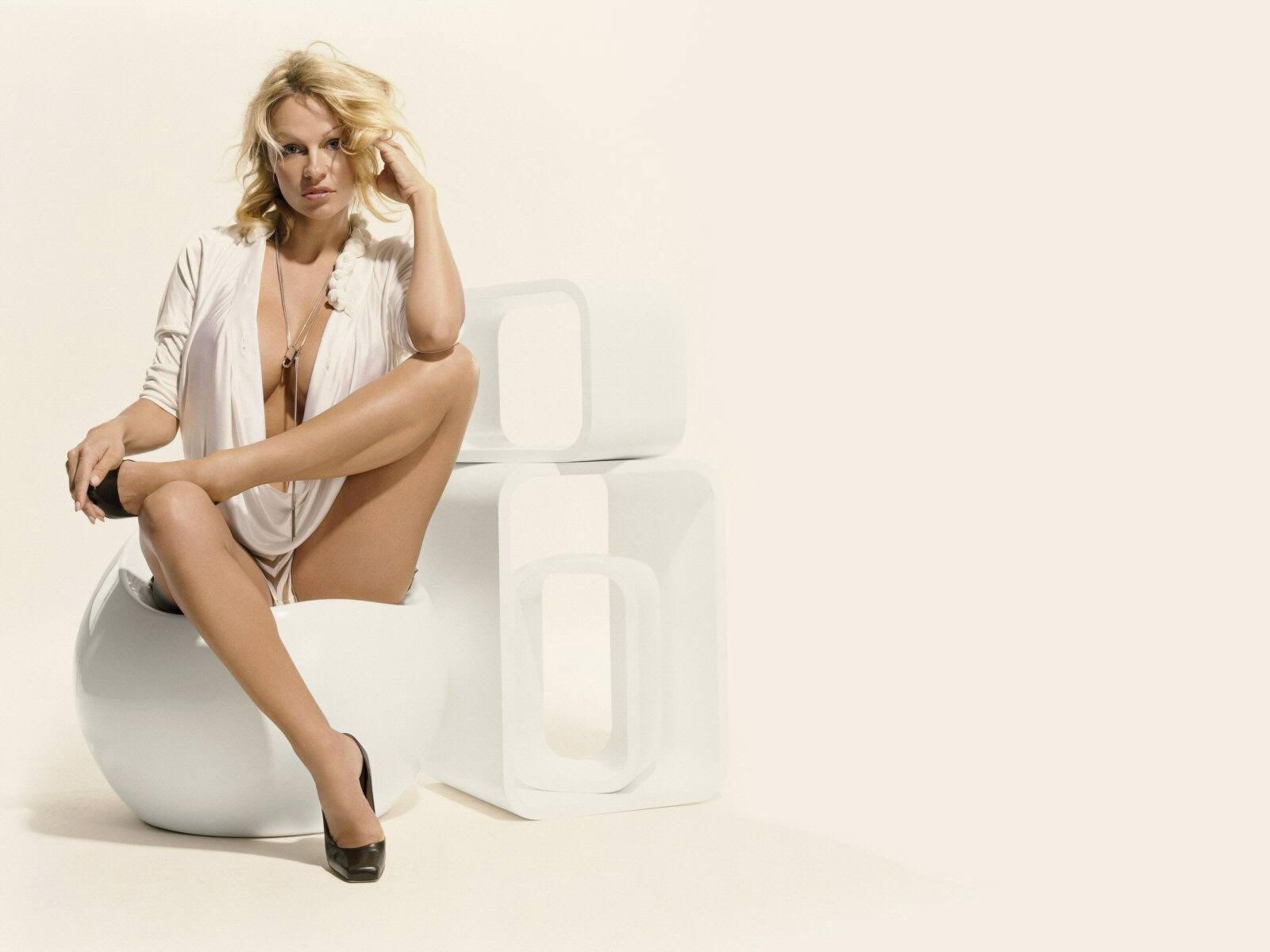Wallpaper di Pamela Anderson con le gambe accavallate