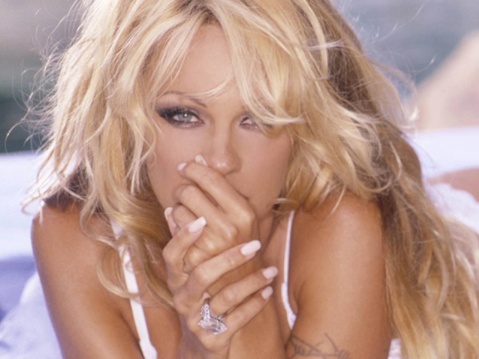 Wallpaper di Pamela Anderson in versione imbronciata