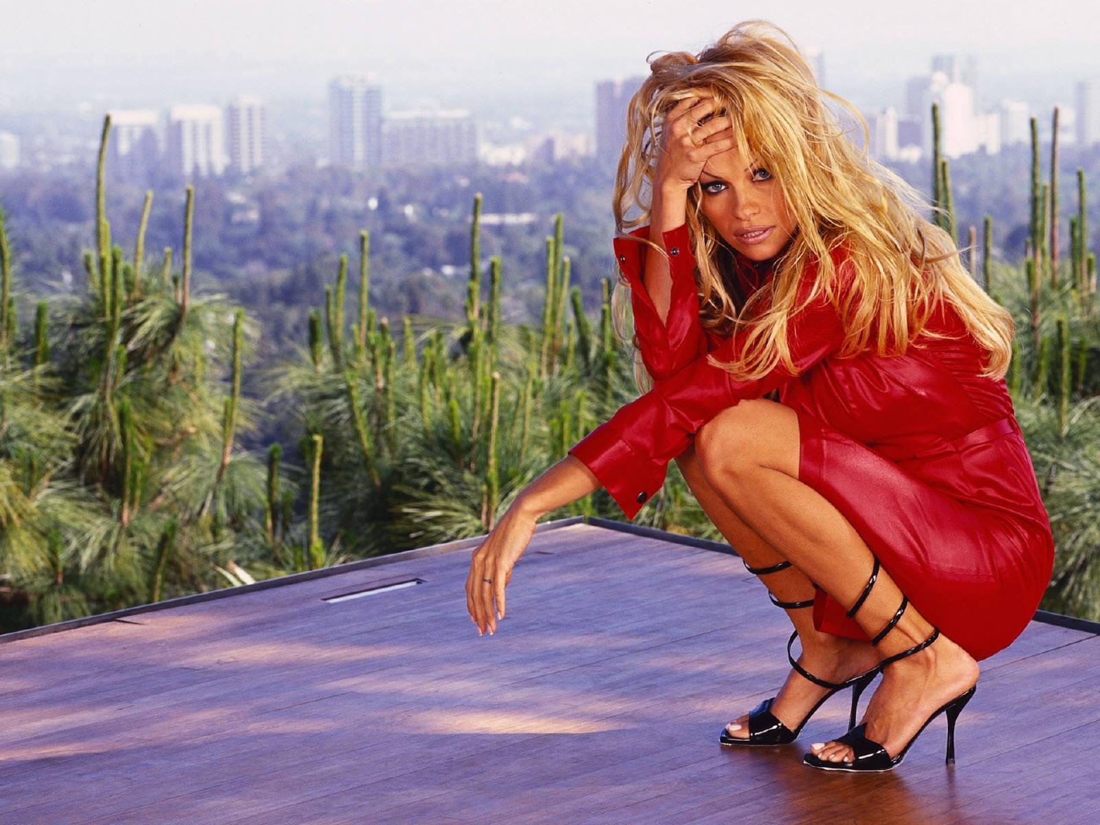 Wallpaper - tacchi alti e abito rosso per Pamela Anderson