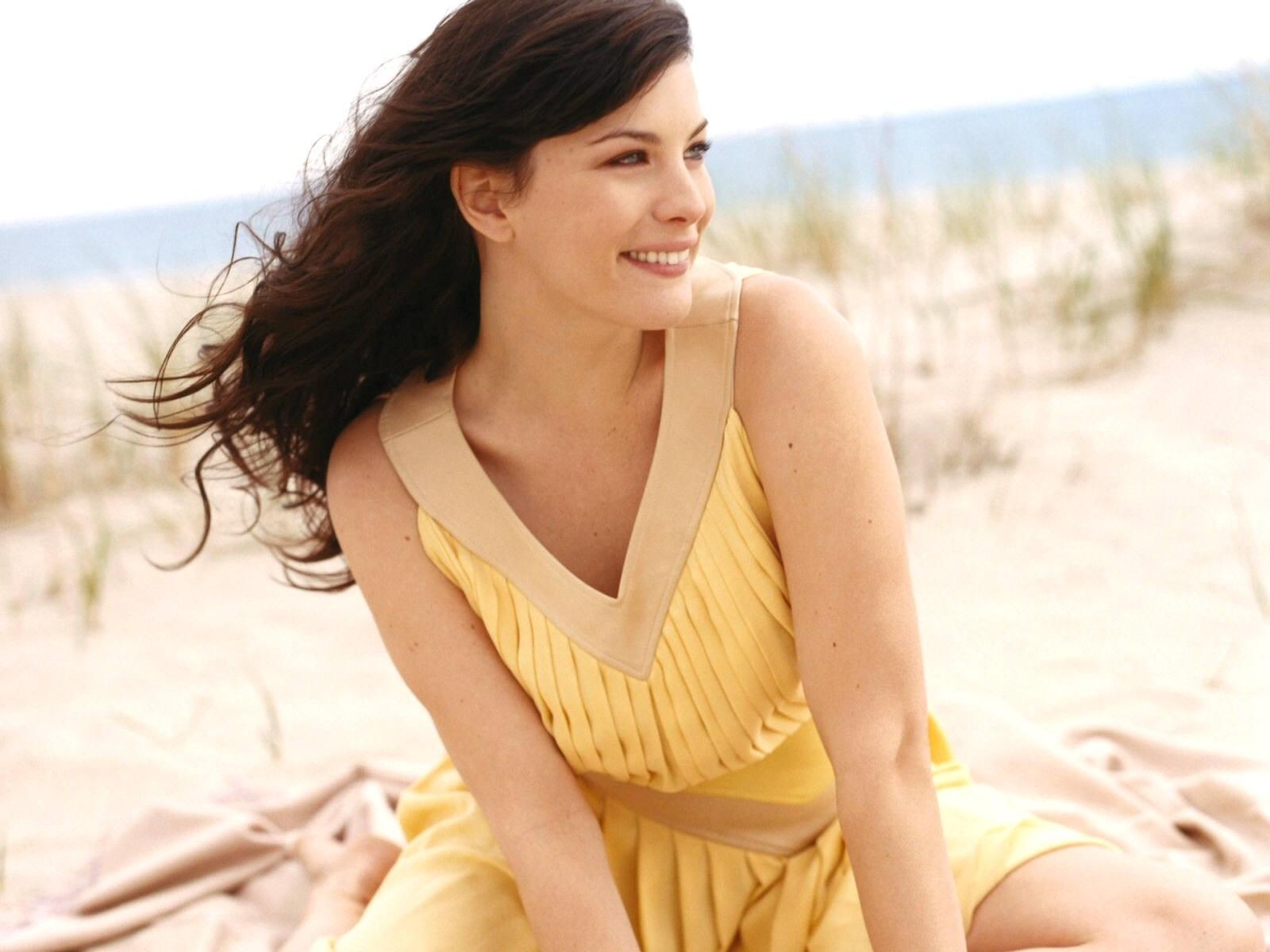 Wallpaper di Liv Tyler sulla spiaggia