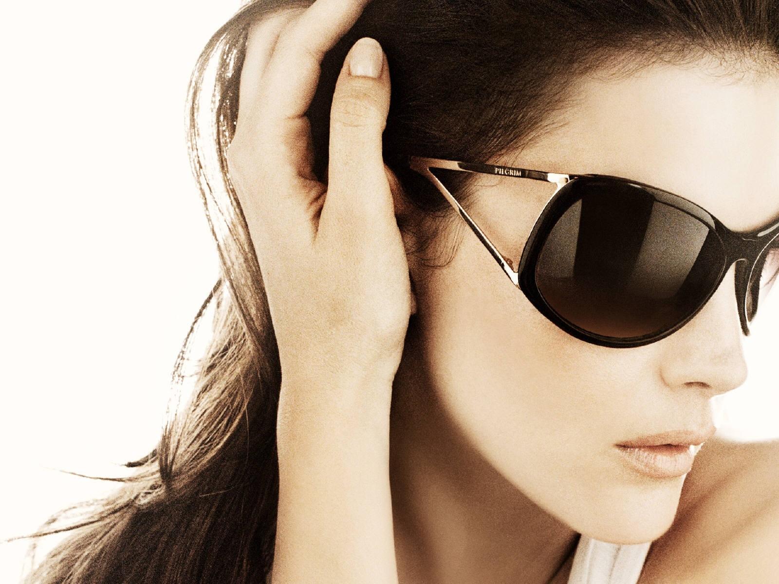 Wallpaper di Liv Tyler con gli occhiali scuri