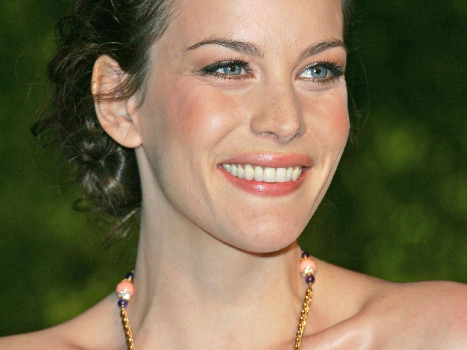 Wallpaper: una sorridente e magnifica Liv Tyler