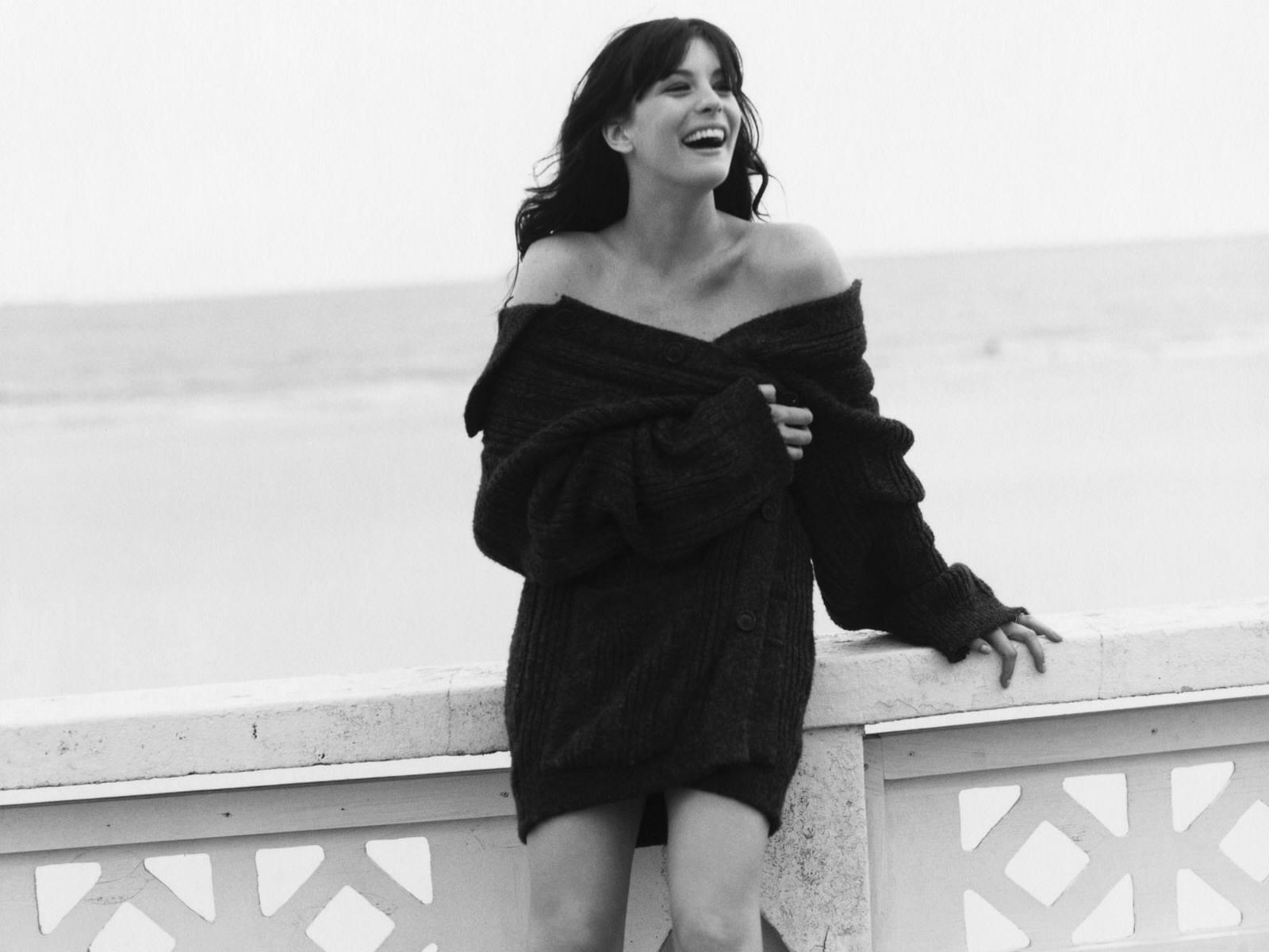 Wallpaper di Liv Tyler con un seducente ritratto in bianco e nero dell'attrice