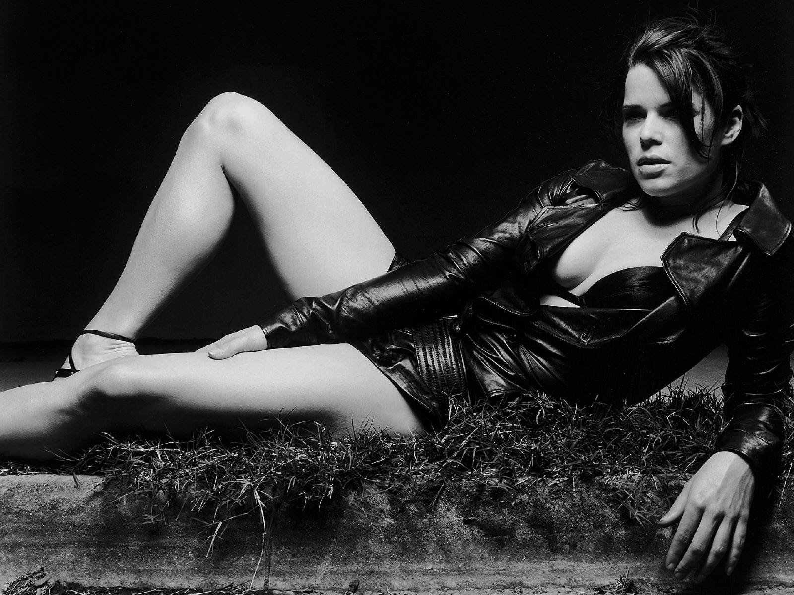 Wallpaper di Neve Campbell, sexy e grintosa in b/n
