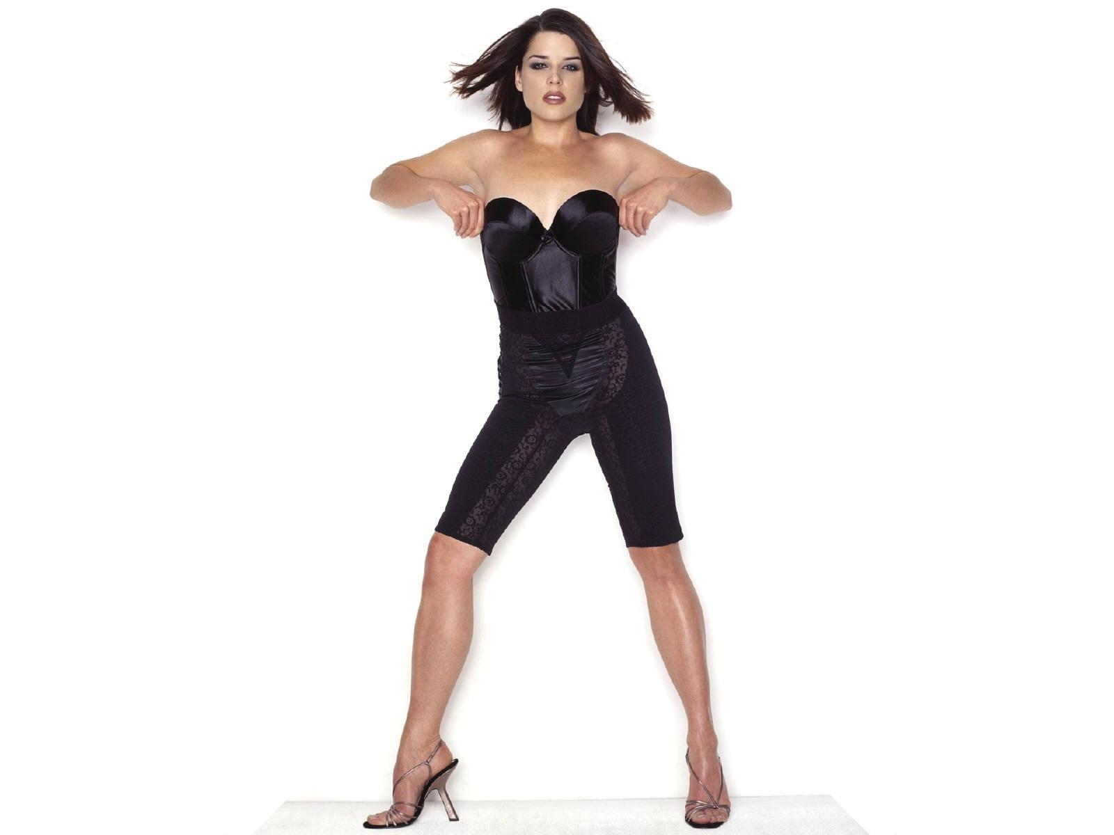 Wallpaper di Neve Campbell fasciata in un abito nero