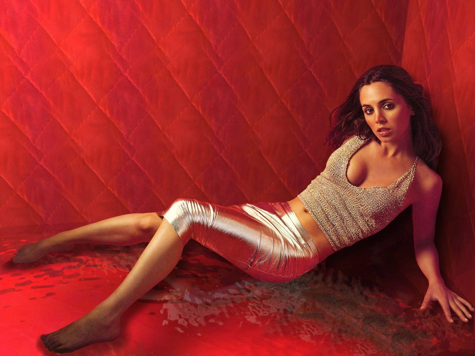 Wallpaper di Eliza Dushku in rosso
