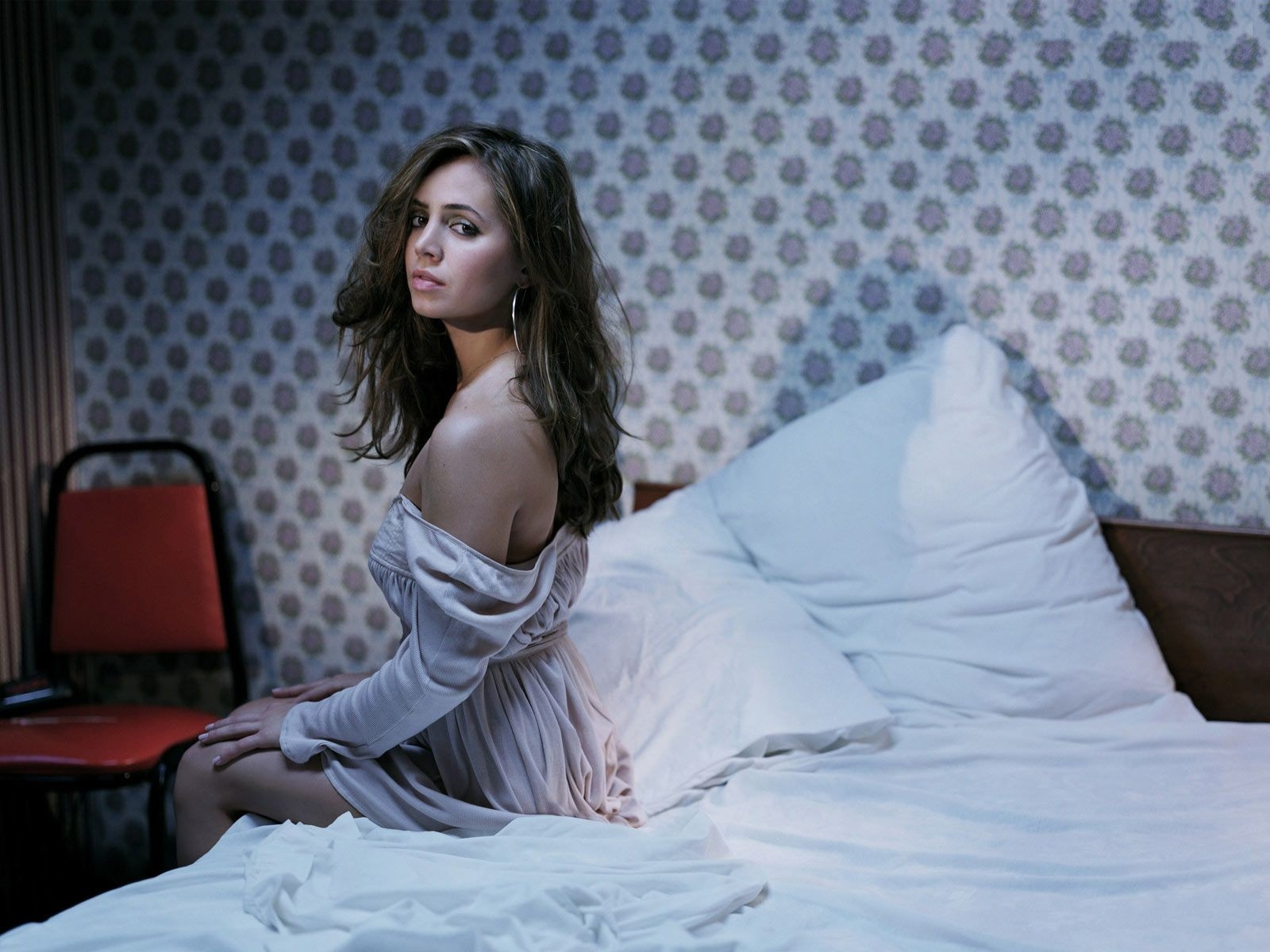 Wallpaper di Eliza Dushku a letto