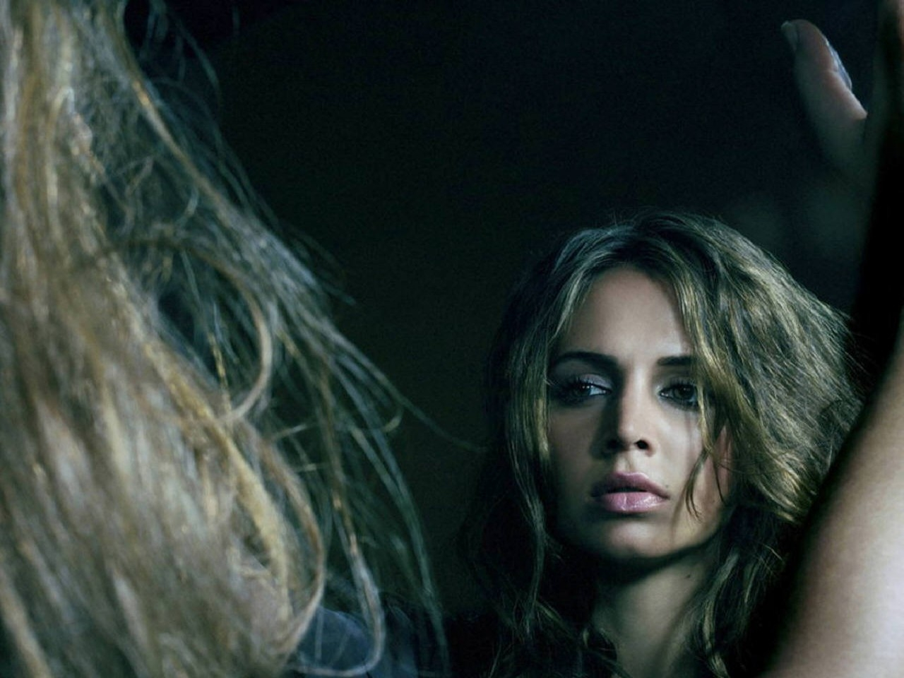 Wallpaper di Eliza Dushku in versione misteriosa e dark