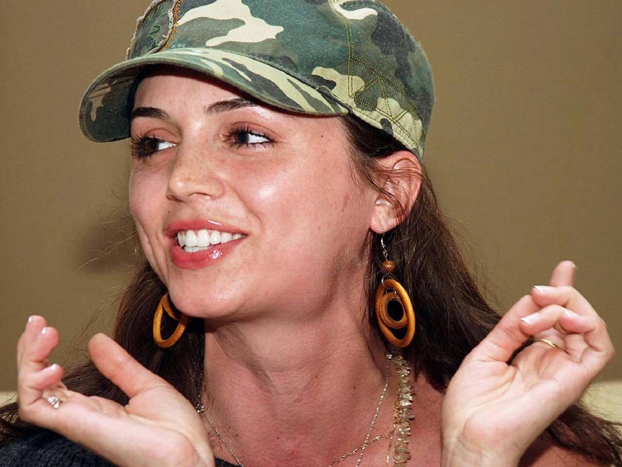 Wallpaper di Eliza Dushku con cappellino mimetico