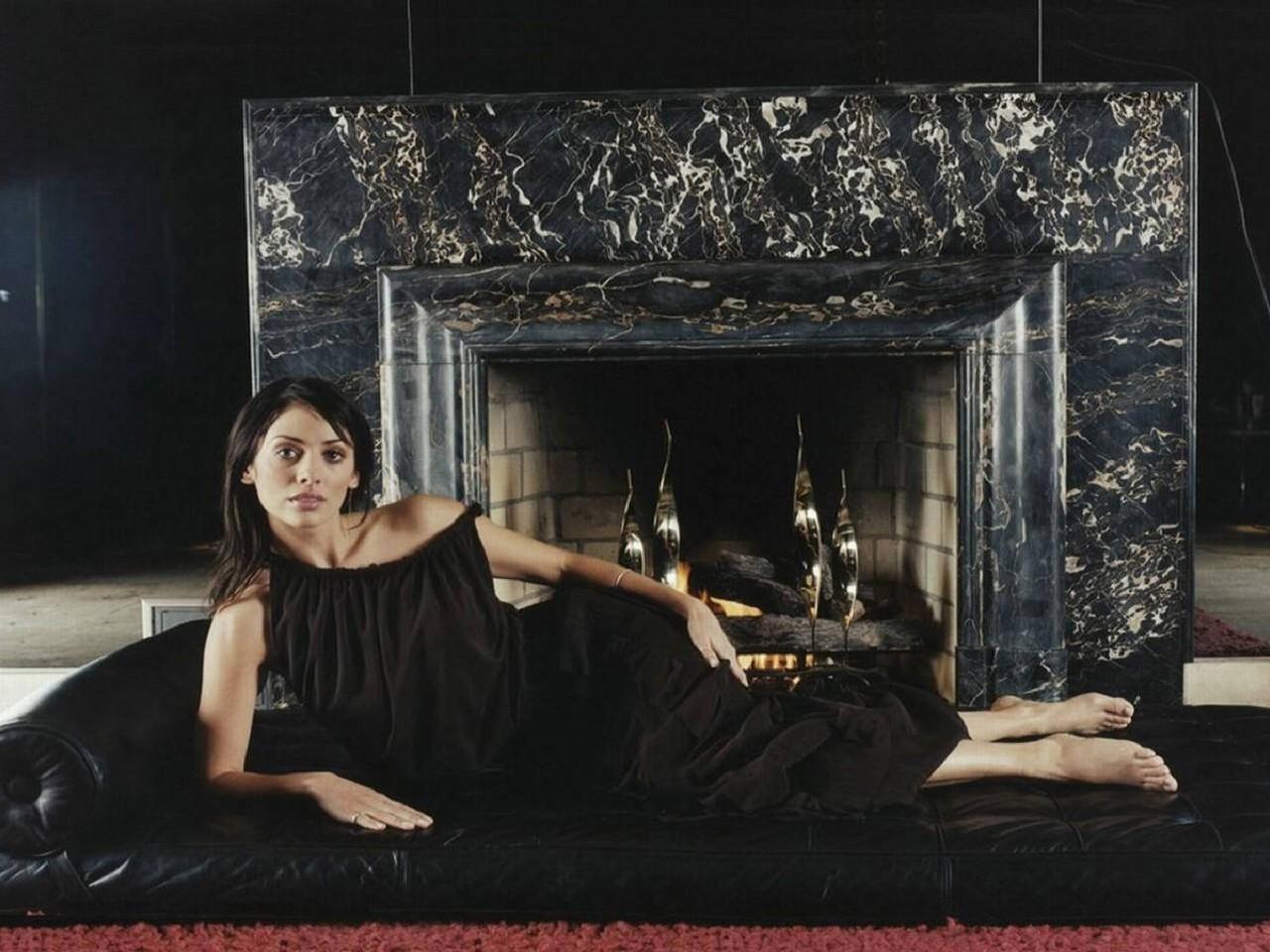 Wallpaper di Natalie Imbruglia distesa di fronte a un camino