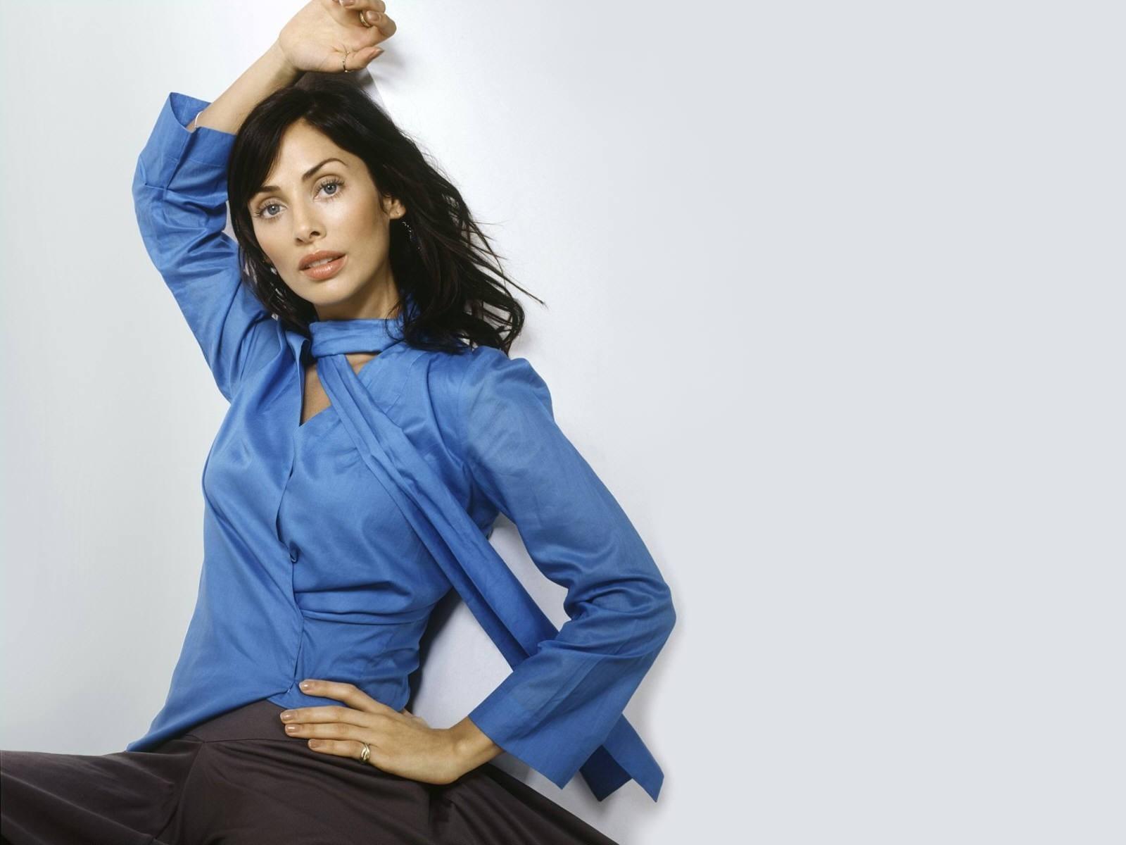 Wallpaper di Natalie Imbruglia vestita d'azzurro
