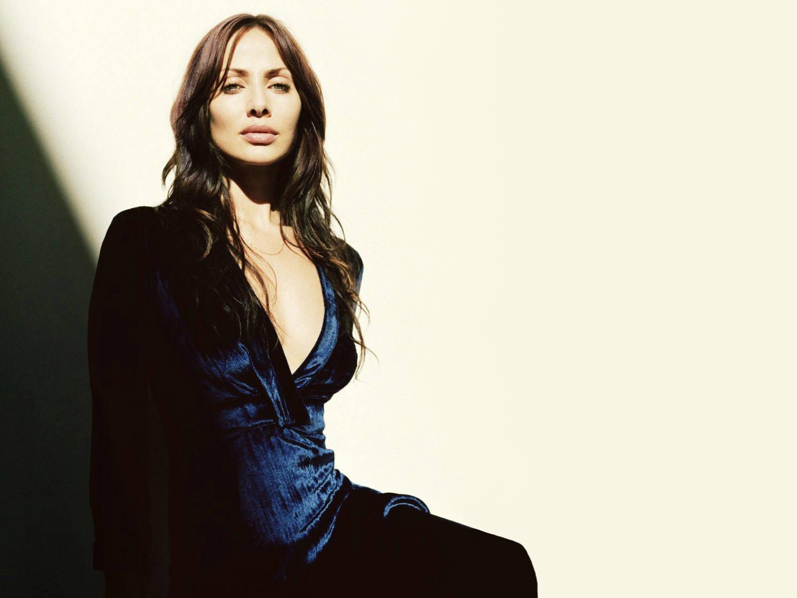 Wallpaper di Natalie Imbruglia fasciata in abito di velluto blu