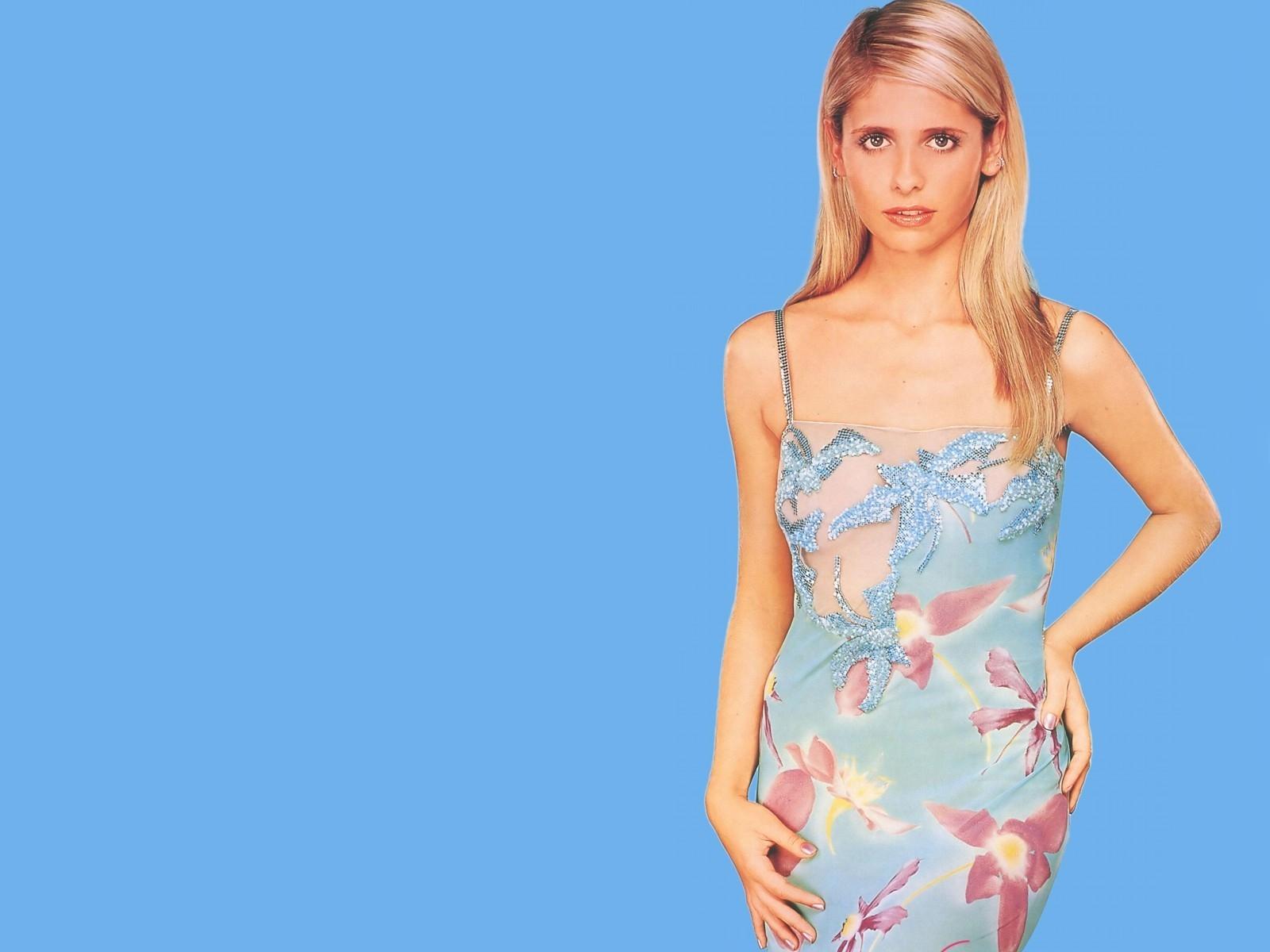 Wallpaper di Sarah Michelle Gellar fasciata in un abito dai toni pastello