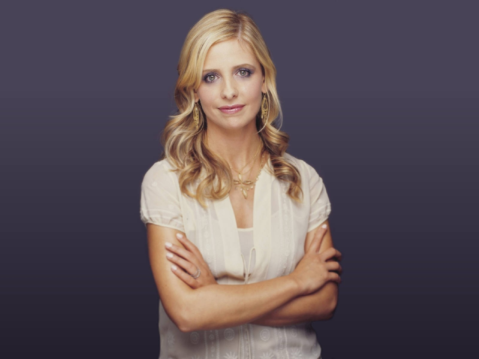 Wallpaper di Sarah Michelle Gellar con un abito color crema