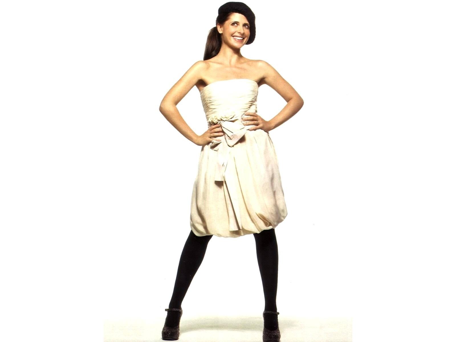 Wallpaper di Sarah Michelle Gellar con un abito bianco