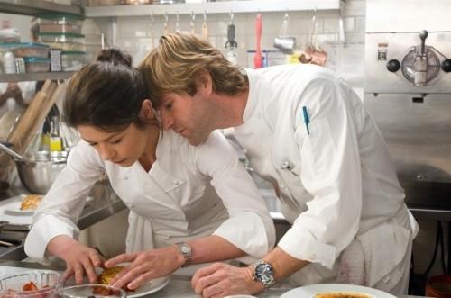 Catherine Zeta-Jones e Aaron Eckhart in una scena di Sapori e Dissapori.