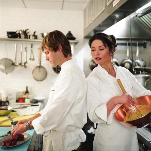 Catherine Zeta-Jones e Aaron Eckhart in una scena della commedia culinaria Sapori e Dissapori